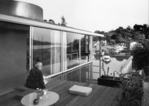 Richard Neutra outside the rooftop penthouse at the VDL Research House II in Los Angeles, 1966. Photo by Julius Shulman